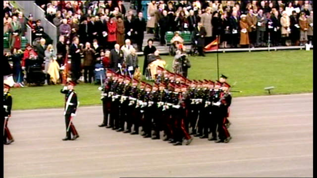 vidéos et rushes de surrey sandhurst royal military academy prince william and other army cadets marching along during passing out parade kate middleton stood with her... - élève officier
