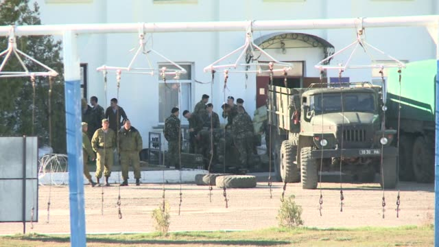 vídeos y material grabado en eventos de stock de surrounded by russian forces ukranian soldiers in theodosias military base in crimea continue to wait for orders from the ukrainian defence minister... - rodear