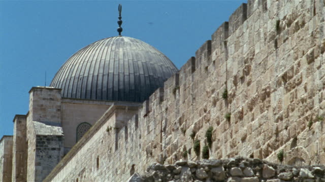 cu, surrounding wall and mosque dome, jerusalem, israel - surrounding wall stock-videos und b-roll-filmmaterial