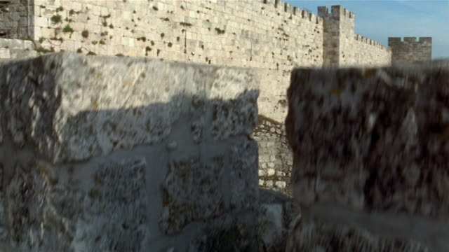 vídeos de stock e filmes b-roll de ms, pan, surrounding wall, jerusalem, israel - bairro antigo