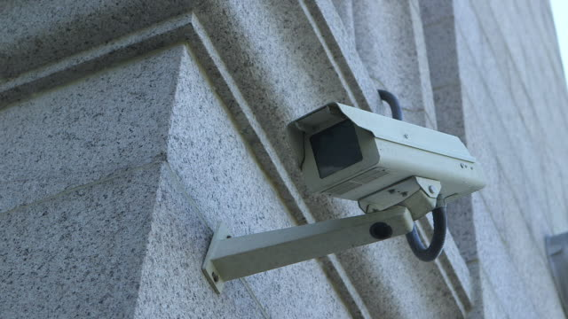 vidéos et rushes de surveillance camera in front of government building - sécurité