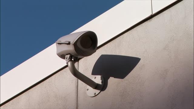 zi, cu surveillance camera on wall - storebror bildbanksvideor och videomaterial från bakom kulisserna