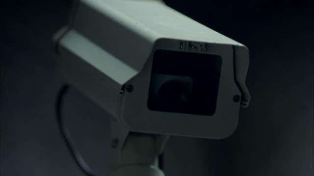 vídeos y material grabado en eventos de stock de a surveillance security camera turns as it records activity. - vigilancia