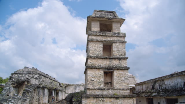 vídeos de stock e filmes b-roll de surveillance tower at palenque mayan ruins at palace complex. dolly shot and tilt up - palenque