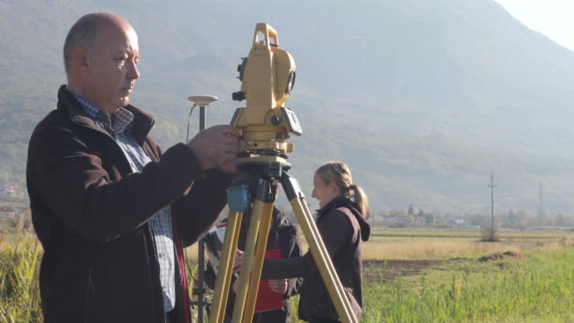 surveyor adjusting and preparing theodolite - surveyor stock videos and b-roll footage