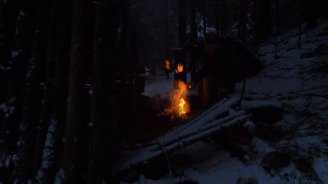冬の森でのサバイバル訓練 - 東ヨーロッパ民族点の映像素材/bロール