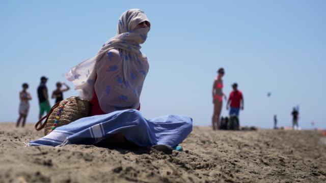 vídeos y material grabado en eventos de stock de sobrevivir el calor del verano - pañuelo de cabeza