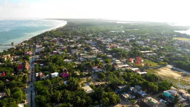 vídeos de stock, filmes e b-roll de survol d'une ville au yucatan, mexique. - yucatán
