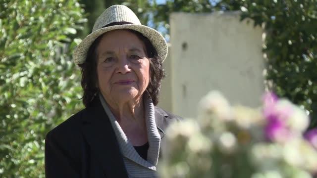 a sus 86 anos la activista sindical dolores huerta sigue trabajando por los derechos de las mujeres y los trabajadores y no muestra ningun signo de... - sindicatos stock videos & royalty-free footage