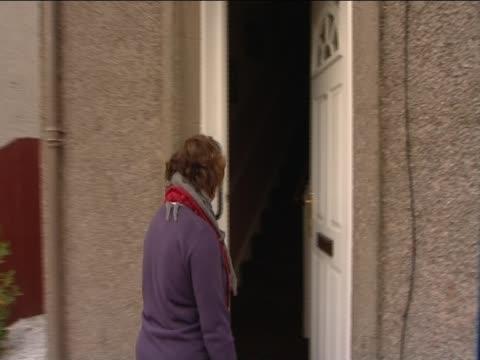 susan boyle approaches the doorstep of her house blackburn - スーザン ボイル点の映像素材/bロール
