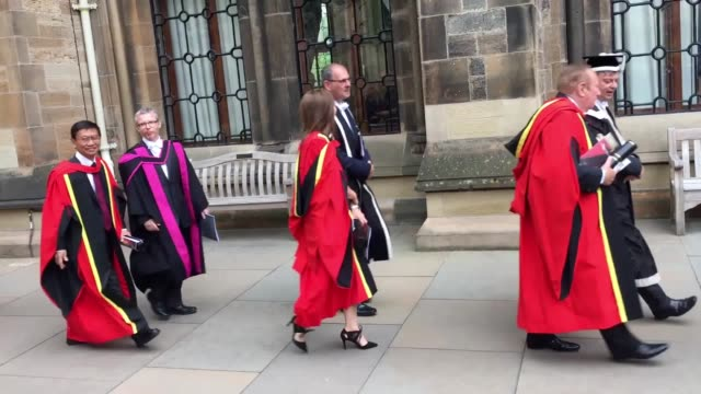 vídeos de stock, filmes e b-roll de susan calman and andrew neil receive honorary degrees as the pair are recognised by glasgow university for their contribution to broadcasting - andrew neil