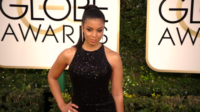 susan kelechi watson at 74th annual golden globe awards arrivals at the beverly hilton hotel on january 08 2017 in beverly hills california 4k - ビバリーヒルトンホテル点の映像素材/bロール