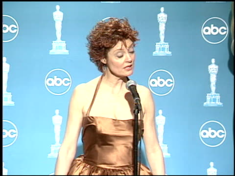 vídeos de stock, filmes e b-roll de susan sarandon at the 1996 academy awards at the shrine auditorium in los angeles california on march 25 1996 - 1996