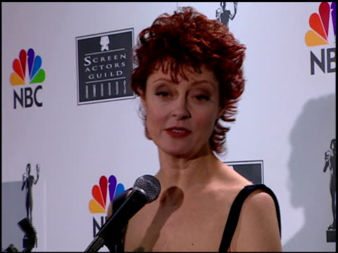 vídeos de stock, filmes e b-roll de susan sarandon at the 1996 screen actors guild sag awards at santa monica civic auditorium in santa monica california on february 25 1996 - 1996