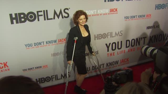 susan sarandon at the hbo film's 'you don't know jack' new york premiere at new york ny. - スーザン・サランドン点の映像素材/bロール