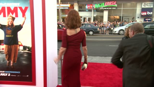 """susan sarandon at the """"tammy"""" los angeles premiere at tcl chinese theatre on june 30, 2014 in hollywood, california. - スーザン・サランドン点の映像素材/bロール"""