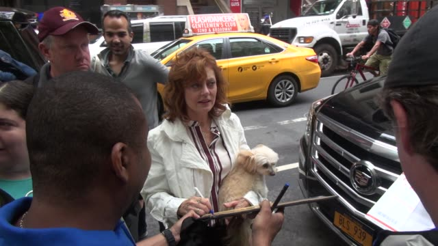susan sarandon at the 'today' show, signs for and poses with fans on may 19, 2015 in new york city. - スーザン・サランドン点の映像素材/bロール