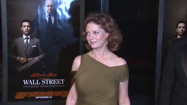 susan sarandon at the 'wall street: money never sleeps' new york premiere at new york ny. - スーザン・サランドン点の映像素材/bロール