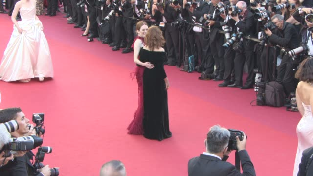 susan sarandon, julianne moore at 'ismael's ghosts' opening carpet at palais des festivals on may 17, 2017 in cannes, france. - ジュリアン・ムーア点の映像素材/bロール