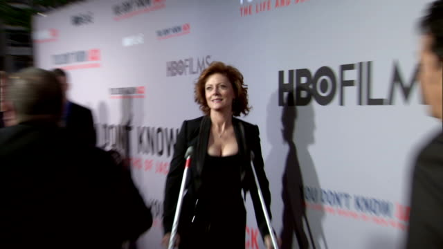 HD CU ZO ZI MS Susan Sarandon on crutches posing for paparazzi on the red carpet