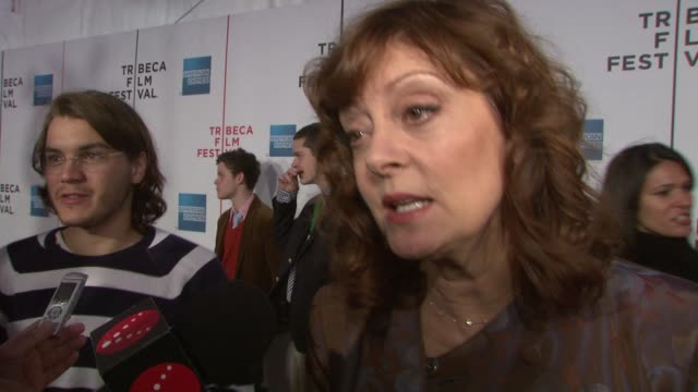 vídeos de stock e filmes b-roll de susan sarandon on the original speed racer the film's cast her favorite car and on working with the wachowski brothers at the speed racer premiere at... - universidade comunitária