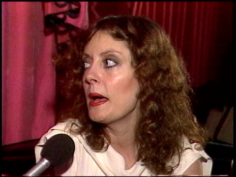 vídeos de stock e filmes b-roll de susan sarandon talks about never wanting to be an actress and how she ended up in the film industry susan sarandon interview on january 01, 1981 in... - 1981