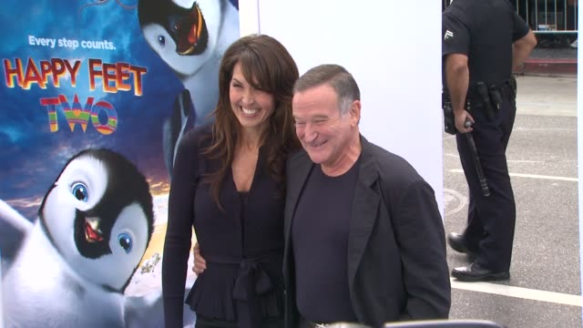 susan schneider and robin williams at the 'happy feet two' los angeles premiere at hollywood ca - ロビン・ウィリアムズ点の映像素材/bロール