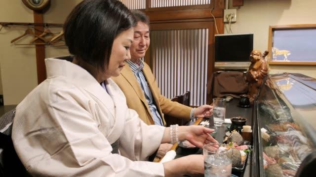 小さな東京レストランの寿司シェフ - サービス業関係の職業点の映像素材/bロール