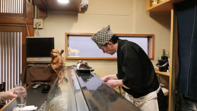 sushi chef in small tokyo restaurant - food and drink stock videos & royalty-free footage