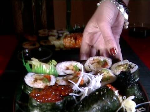 sushi per cena - bacchette cinesi video stock e b–roll