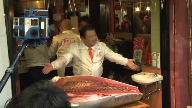 sushi entrepreneur kiyoshi kimura pays top price at the first auction of the new year at tokyo's tsukiji fish market bagging a prized bluefin tuna... - financial accessory stock videos & royalty-free footage