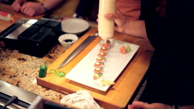 vídeos de stock e filmes b-roll de sushi finishing touches - grupo mediano de animales