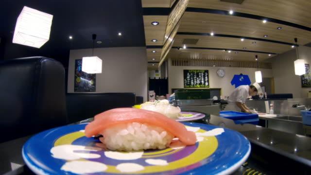 vídeos de stock e filmes b-roll de pov, cu sushi on a conveyer belt / tokyo, japan - sushi
