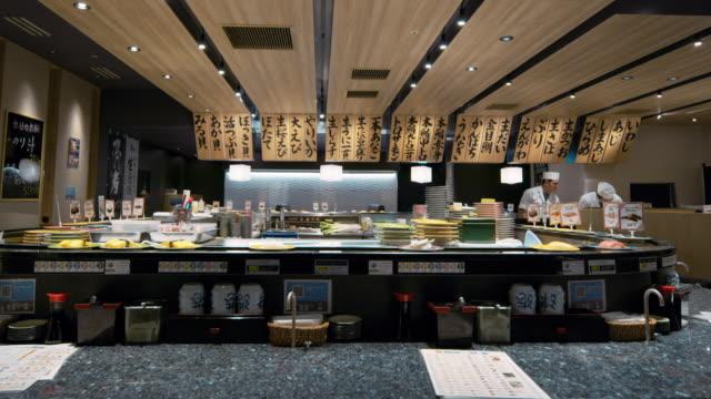 vídeos de stock e filmes b-roll de ms, td a sushi restaurant in japan / tokyo, japan - sushi