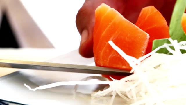 vídeos de stock e filmes b-roll de sushi sashimi - sashimi