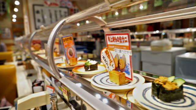 vidéos et rushes de de la cuisine japonaise, sushis - convoyeur