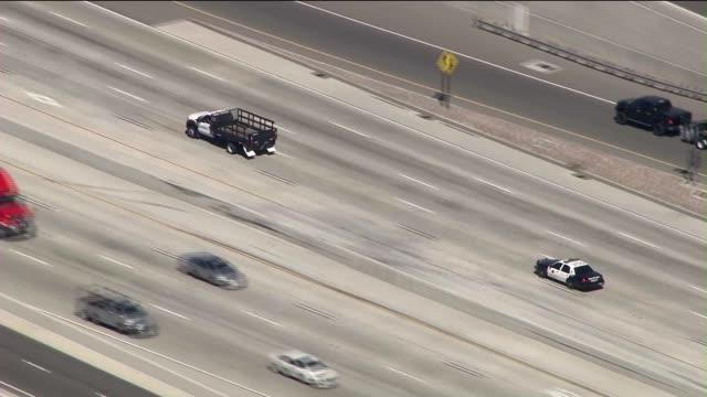 vidéos et rushes de suspect crashes and flies off freeway after leading chp on high-speed pursuit - braqueur de banque