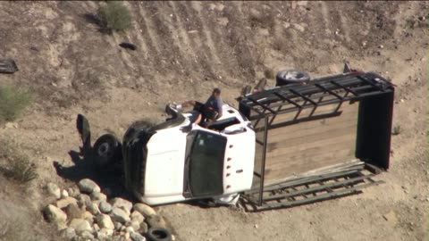 vidéos et rushes de suspect in high speed pursuit exits truck after crash - braqueur de banque