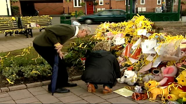 suspect in madeleine mcmann abduction named england leicestershire rothley ext susan healy along to look at floral tributes and yellow ribbons in... - レスターシャー点の映像素材/bロール