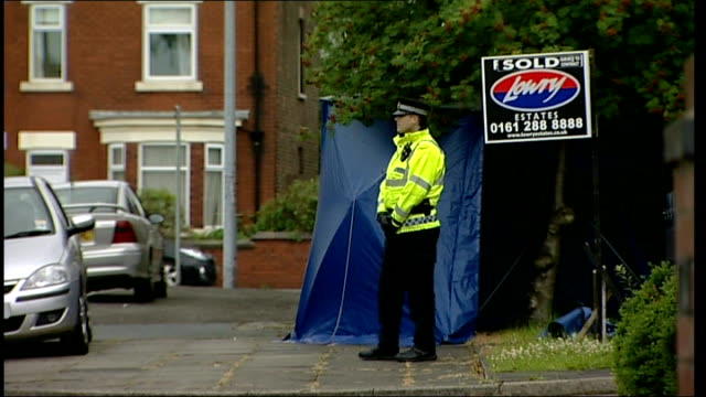 suspected burglar stabbed to death in salford: householder and son arrested; england: manchester: salford: ext police outside house where burglar... - road closed englisches verkehrsschild stock-videos und b-roll-filmmaterial