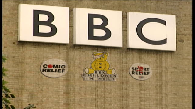vidéos et rushes de suspends all phone-in competitions; freeze frame bbc sign on side of building / comic relief and bbc children in need - bbc children in need