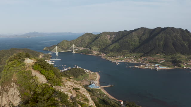 vídeos y material grabado en eventos de stock de suspension bridge and saryang bridge in saryangdo island, hallyeohaesang national park / saryang-myeon, tongyeong-si, gyeongsangnam-do, south korea - pared de roca
