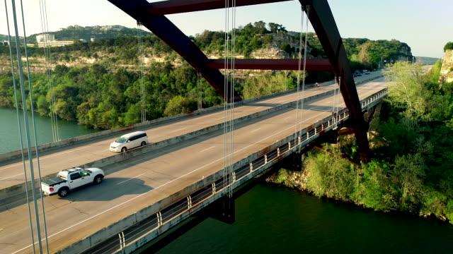 vídeos de stock e filmes b-roll de suspension bridge in austin texas close to the cables crossing the bridge - town