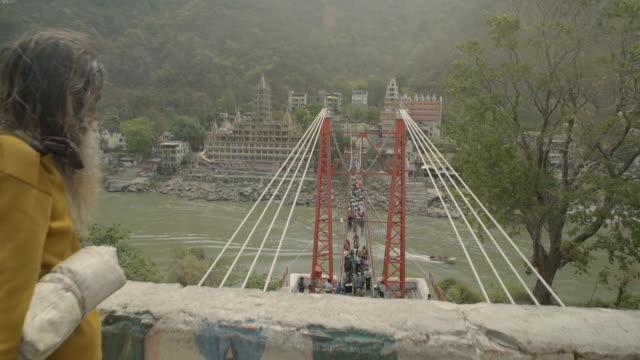 vídeos de stock, filmes e b-roll de w/s crane in suspension bridge over ganges river, rishikesh, india - rishikesh