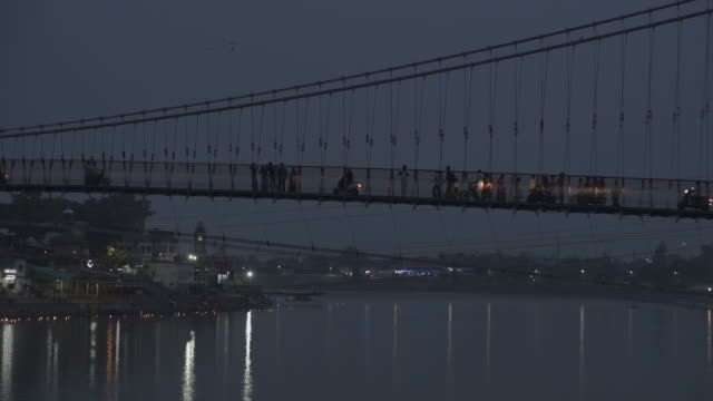 w/s suspension bridge over ganges river, rishikesh, india - pellegrino video stock e b–roll