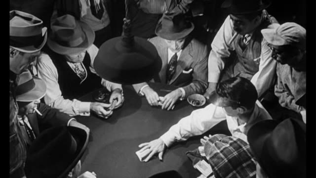 vídeos de stock, filmes e b-roll de 1955 suspicious men arrive at the poker game and are curious about man's (frank sinatra) dealing abilities - pôquer