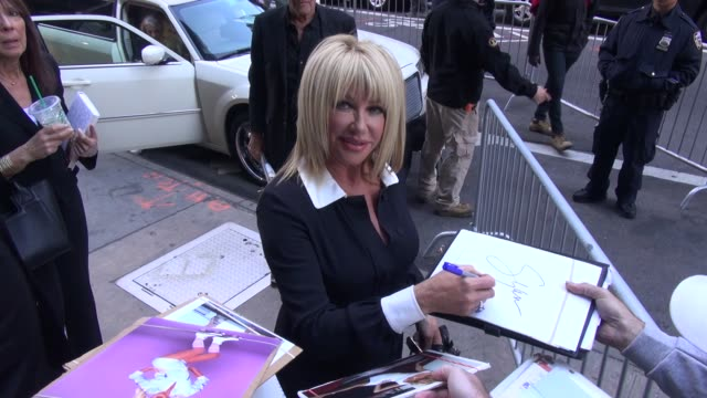 suzanne somers arrives at good morning america and signs for fans in new york ny on 9/23/13 - suzanne somers stock videos & royalty-free footage