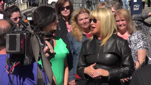 suzanne somers being interviewed by hilaria thomasbaldwin on the outside set of extra in new york ny on 9/23/13 - suzanne somers stock videos & royalty-free footage