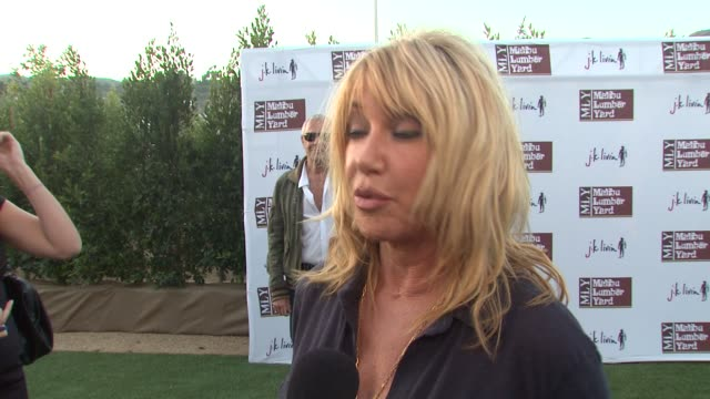 vídeos de stock, filmes e b-roll de suzanne somers on living in malibu why she loves malibu on the environment and on what she thought of perez hilton's question to miss california at... - rainha de beleza