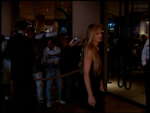 vídeos de stock e filmes b-roll de suzy amis at the american cinematheque moving picture ball at the beverly hilton in beverly hills california on october 18 1998 - cinemateca americana